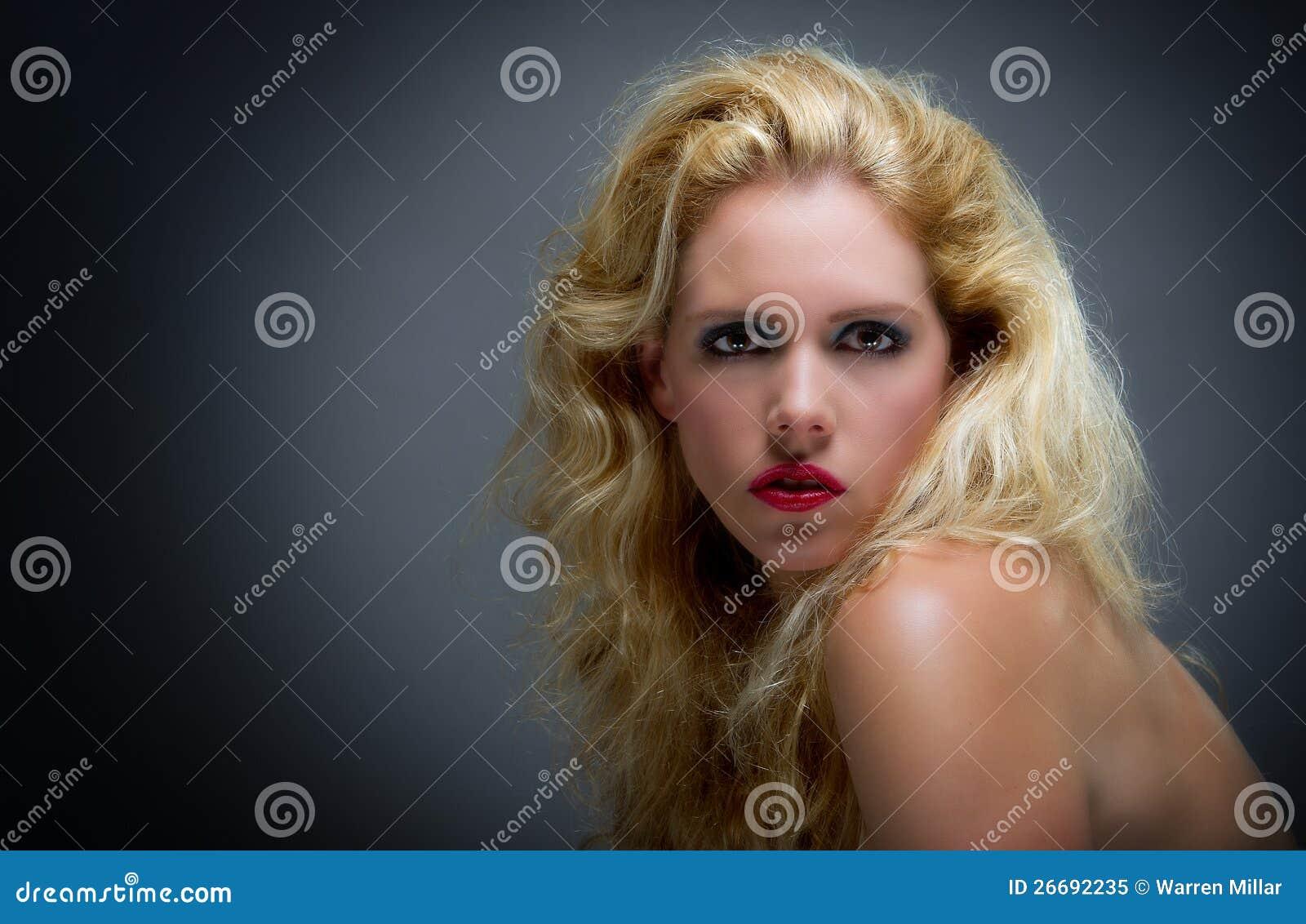 Härlig ung blonekvinnlig
