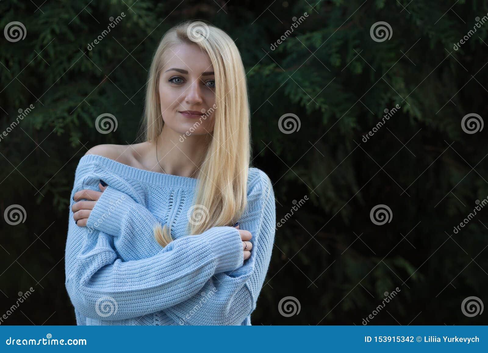 Härlig ung flicka som är blond med långt hår
