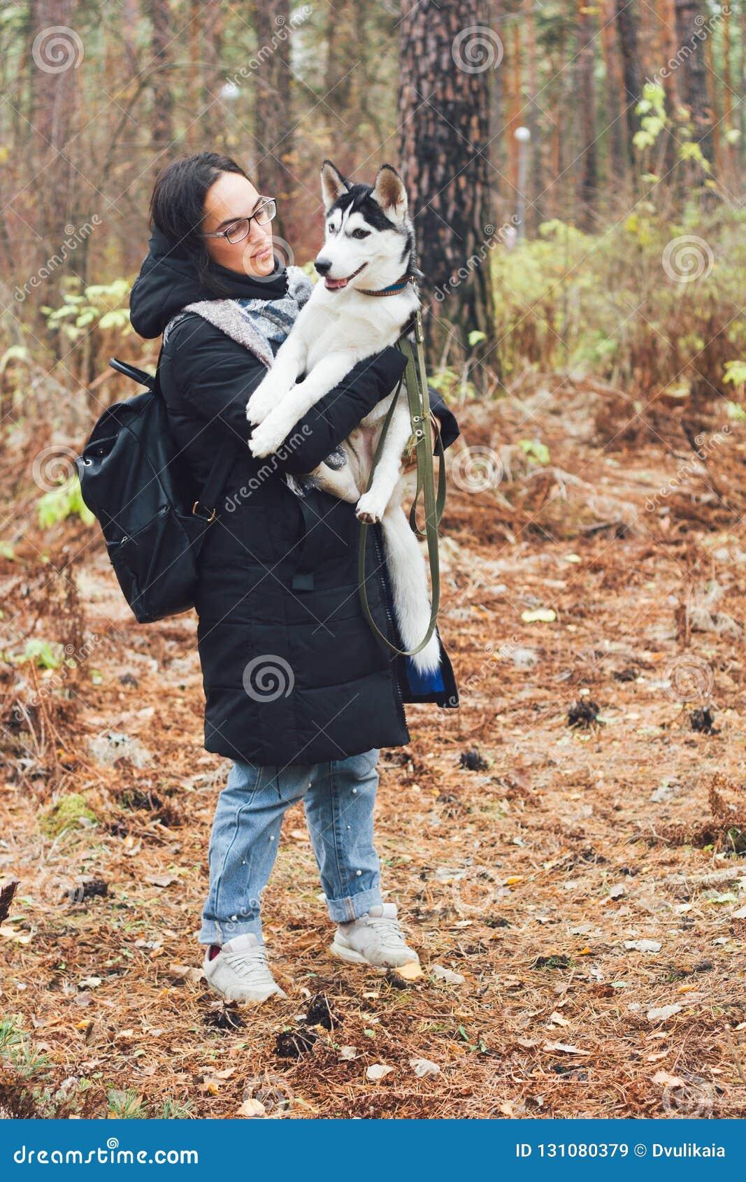 Härlig ung kvinna med den skrovliga hunden