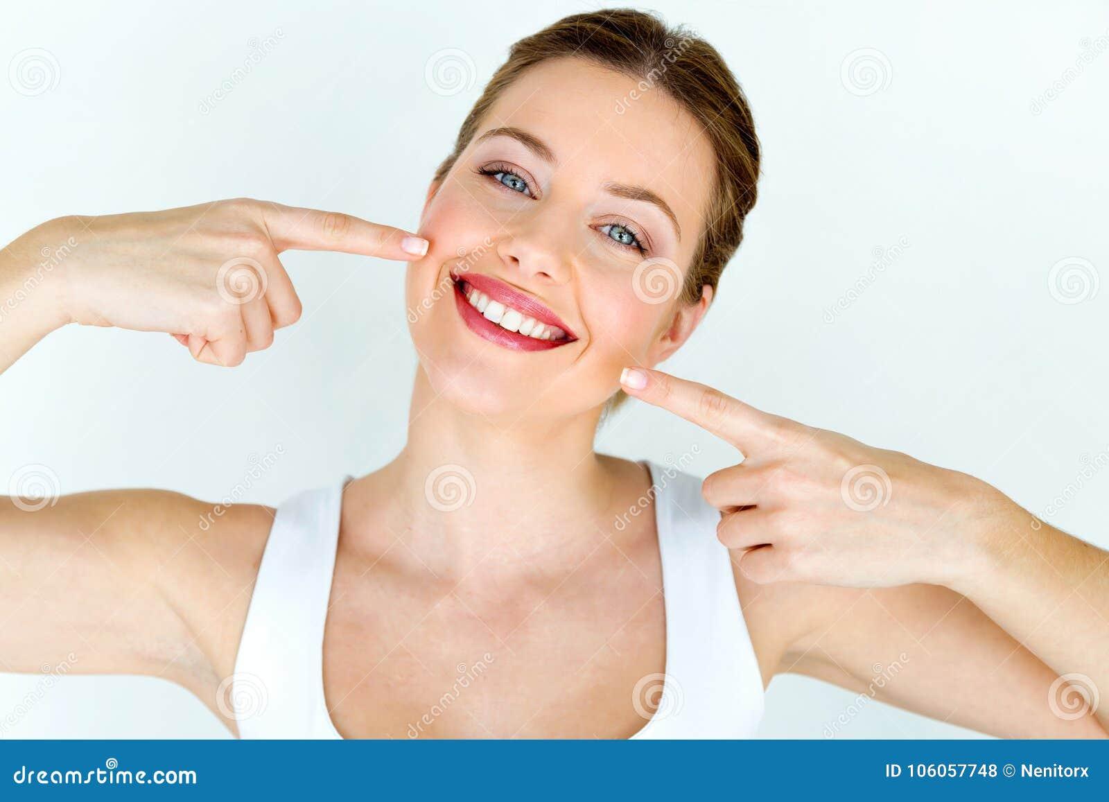 Härlig ung kvinna med perfekt leende Isolerat på vit
