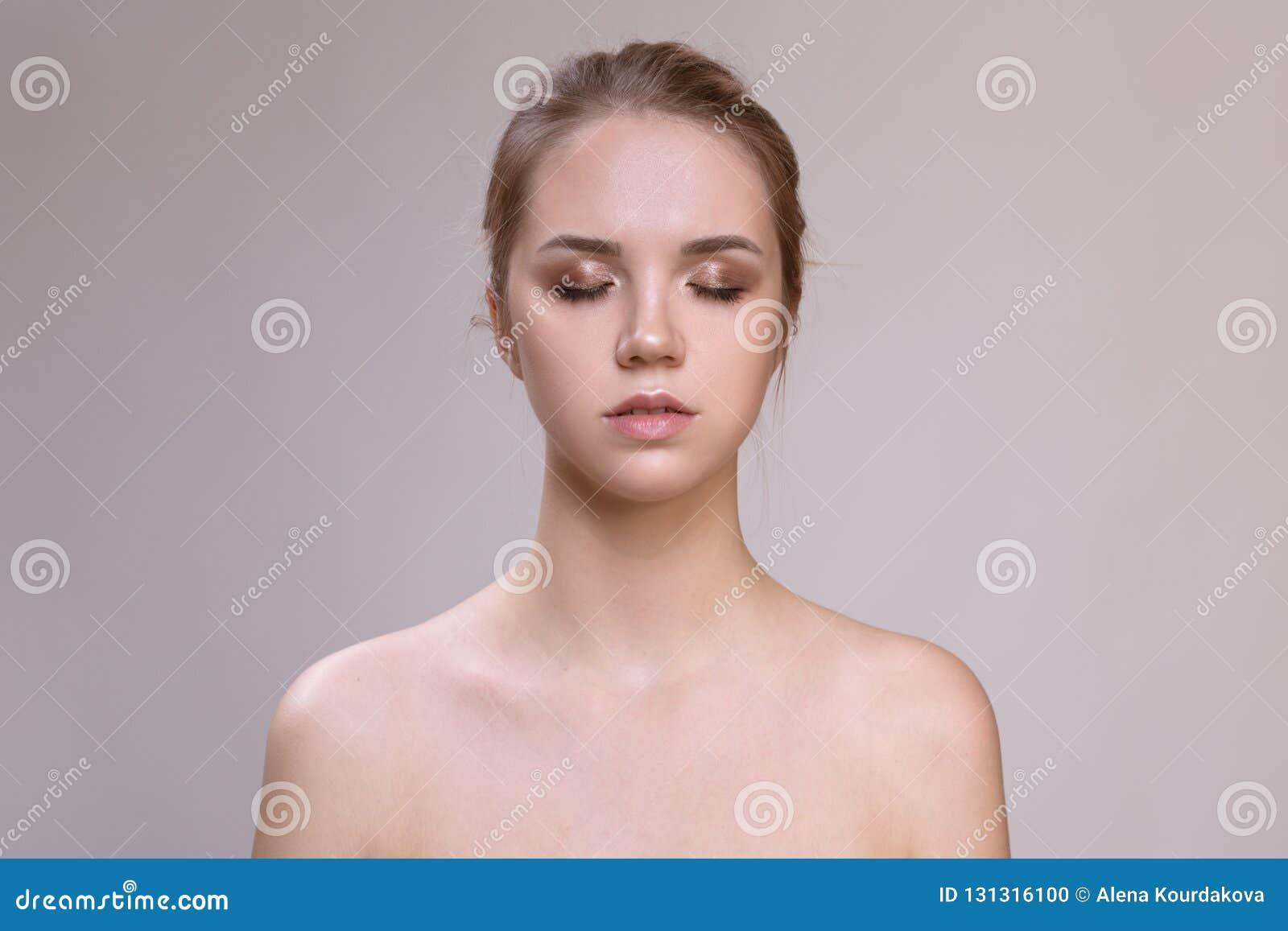 Härlig ung kvinna med ren ny hud