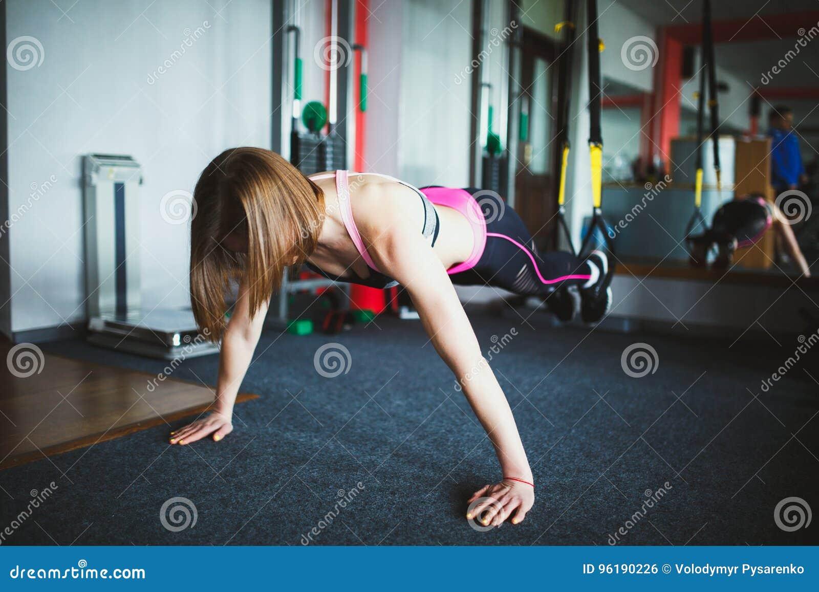 Härlig ung kvinna på idrottshallen
