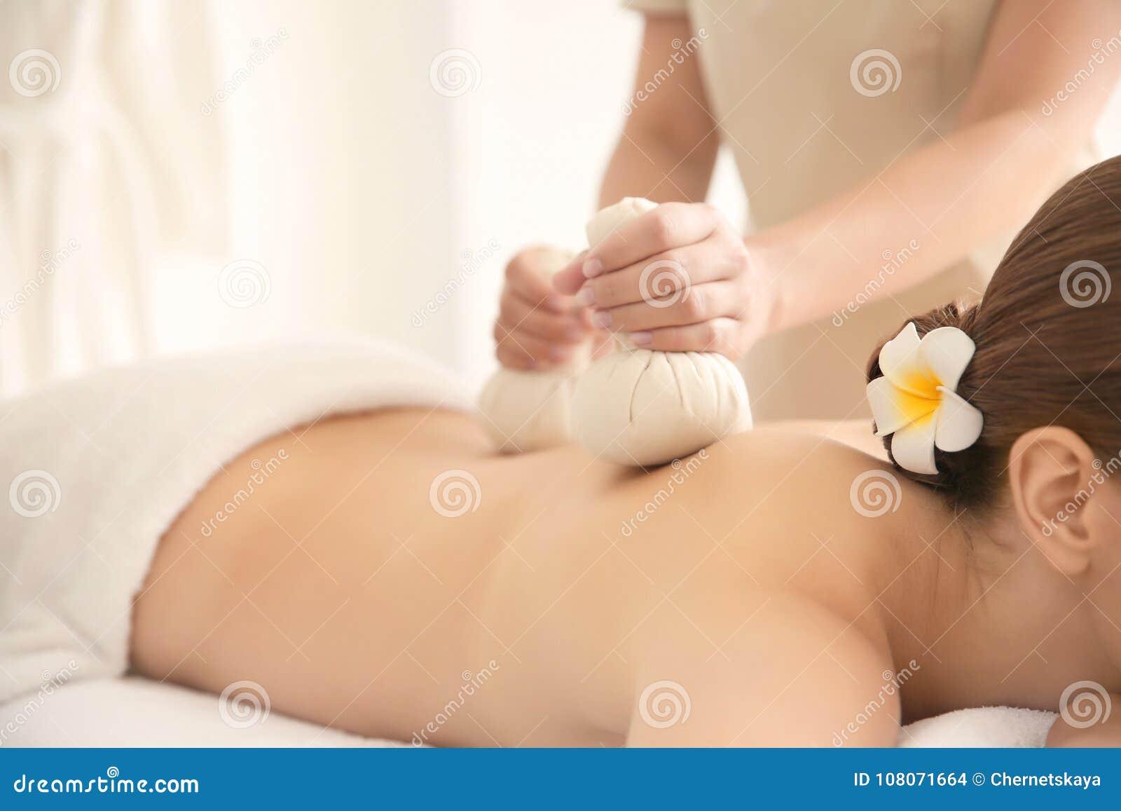 Härlig ung kvinna som har tillbaka massage