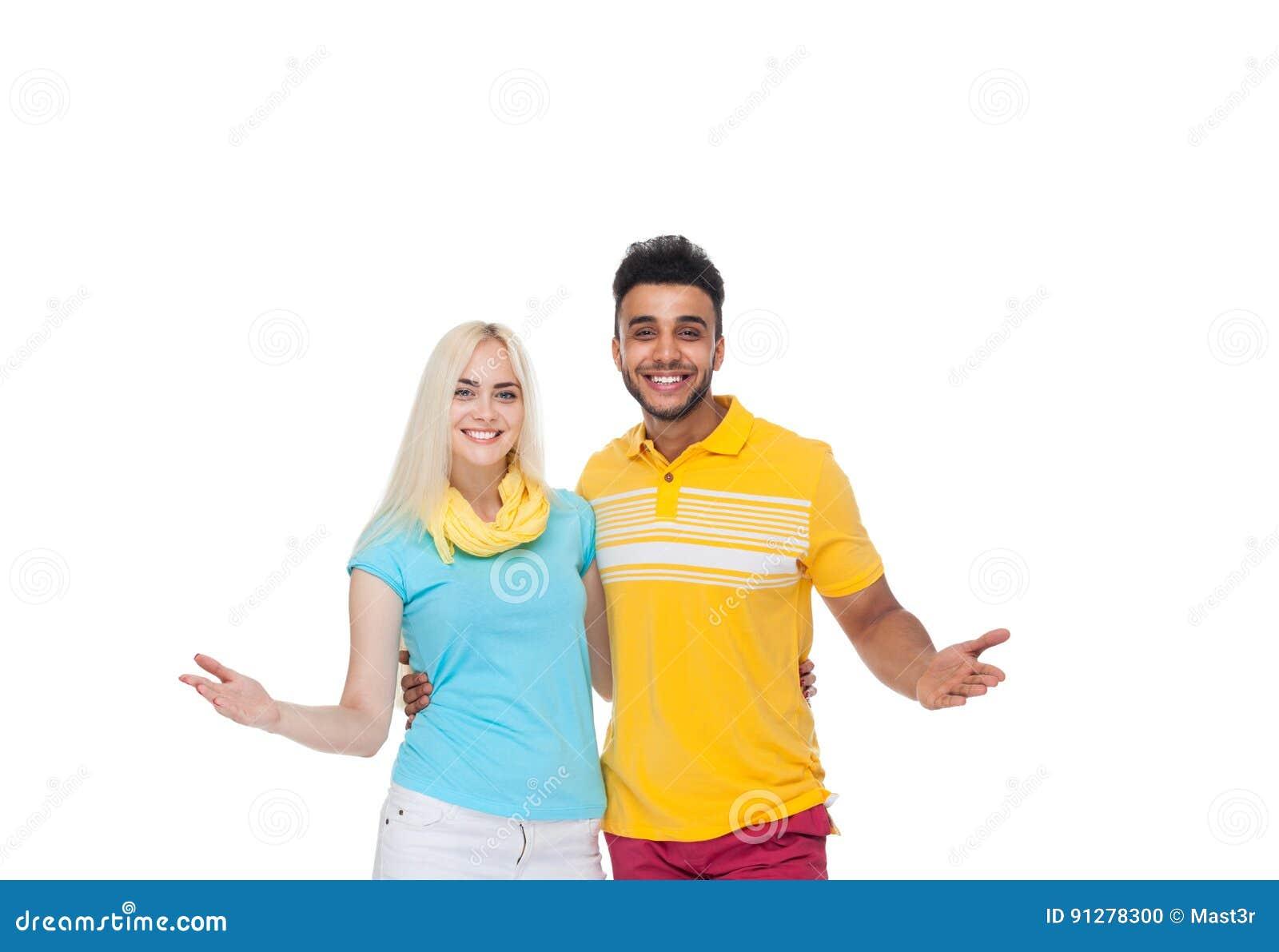 Härlig ung lycklig parförälskelse som ler att omfamna, den latinamerikanska mankvinnahållen, gömma i handflatan armhandgest