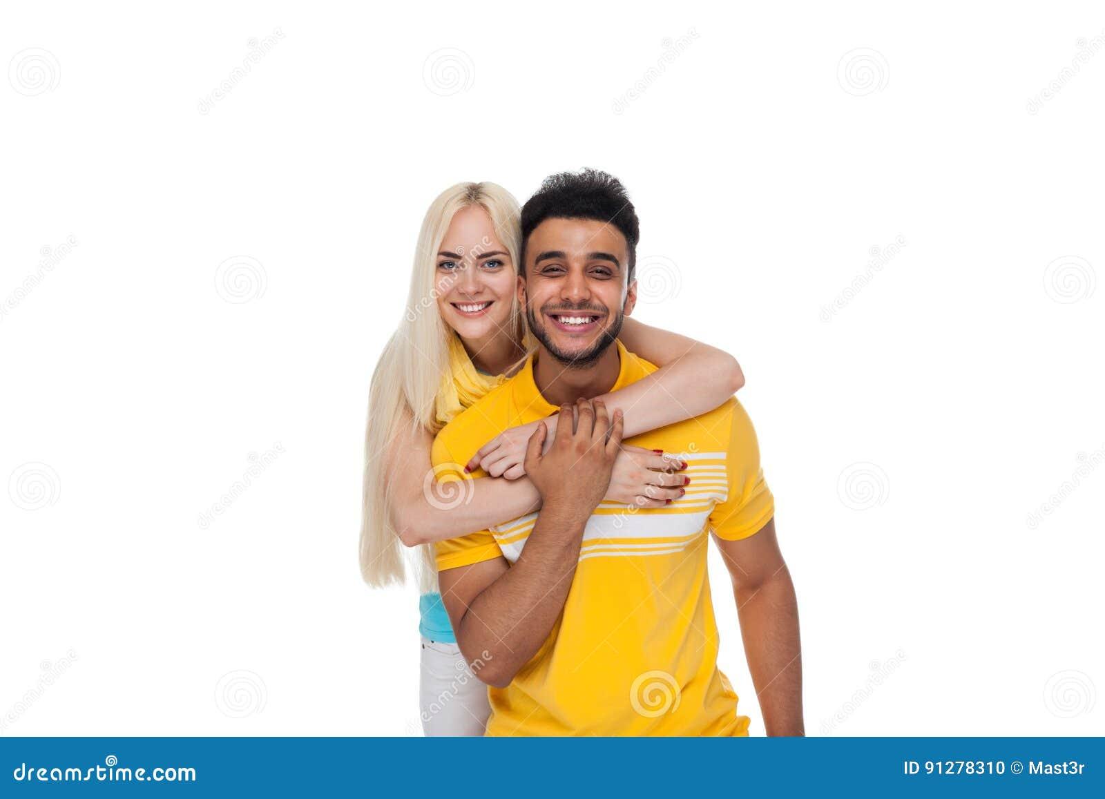 Härlig ung lycklig parförälskelse som ler att omfamna, latinamerikanskt mankvinnaleende