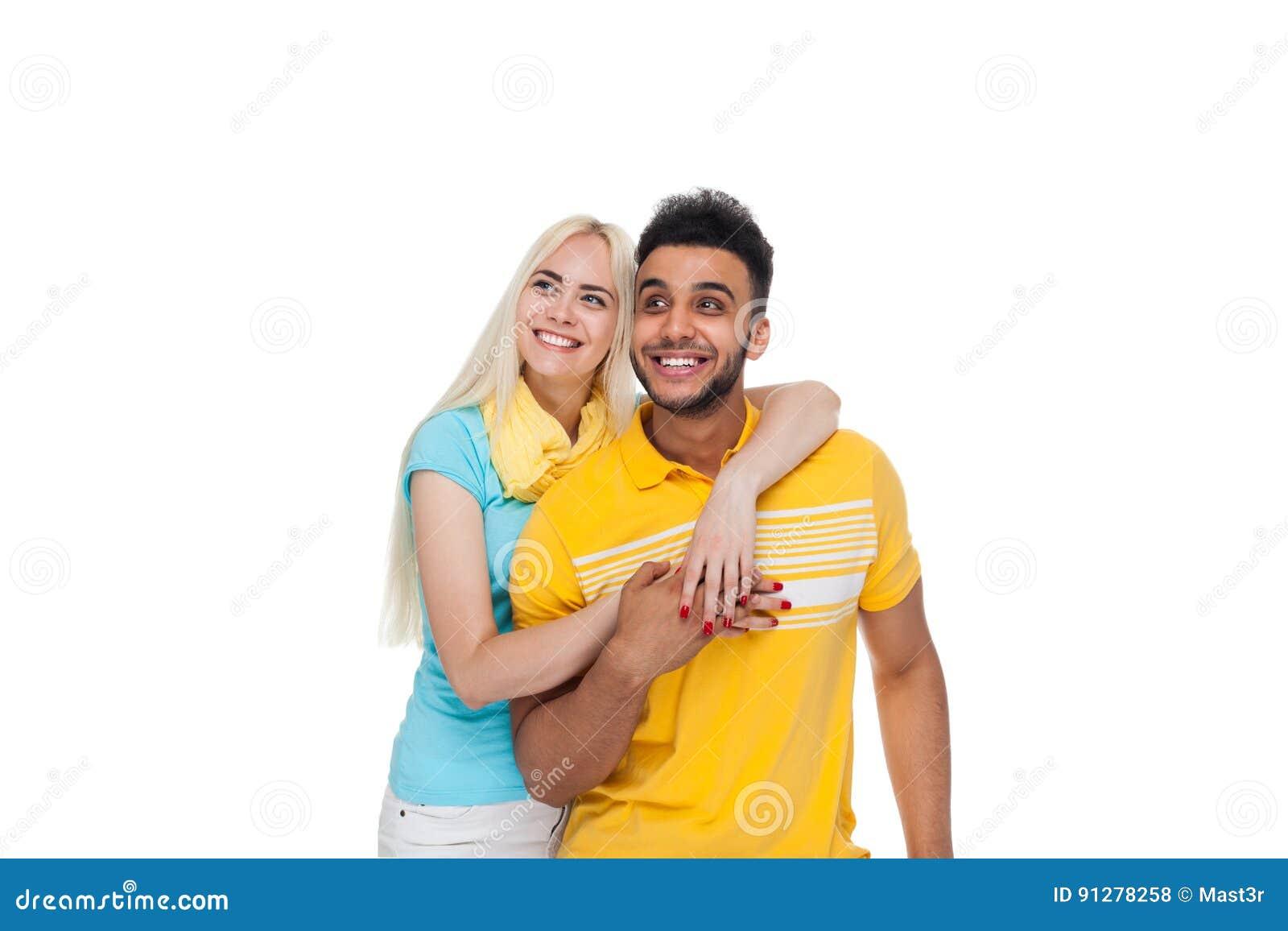 Härlig ung lycklig parförälskelse som ler att omfamna se upp till kopieringsutrymme, latinamerikanskt mankvinnaleende