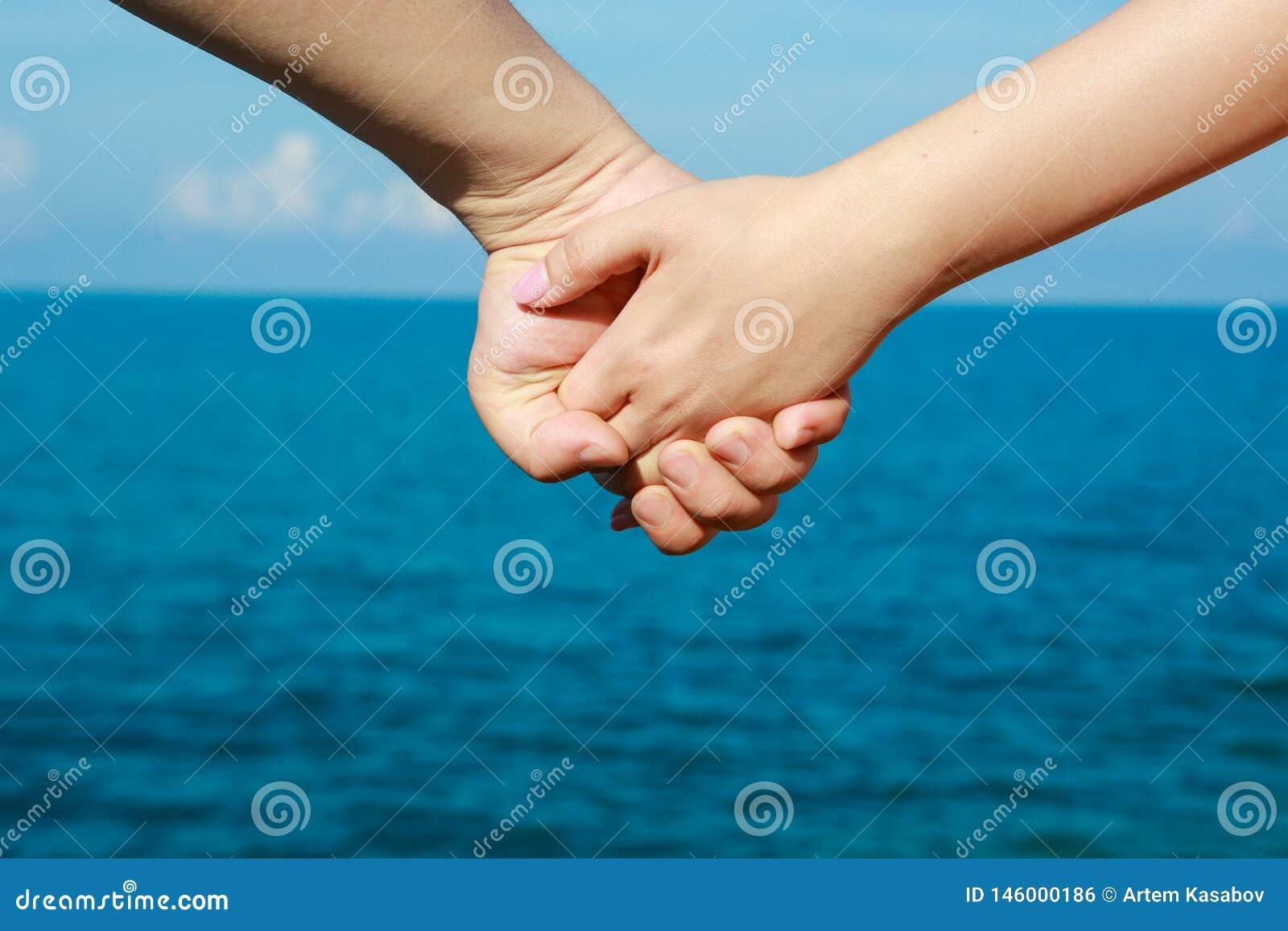 Härlig ung parhand med handen