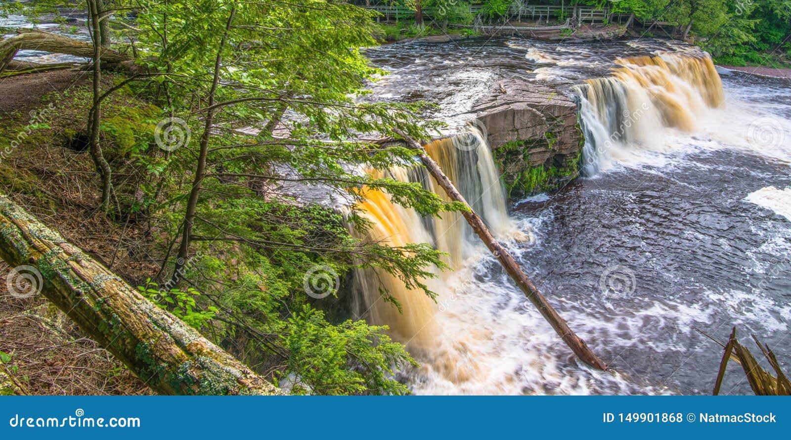 Härlig vattenfall på delstatsparken för ett piggsvinbergvildmark i övrehalvön av Michigan - slät stillsam flödande wate