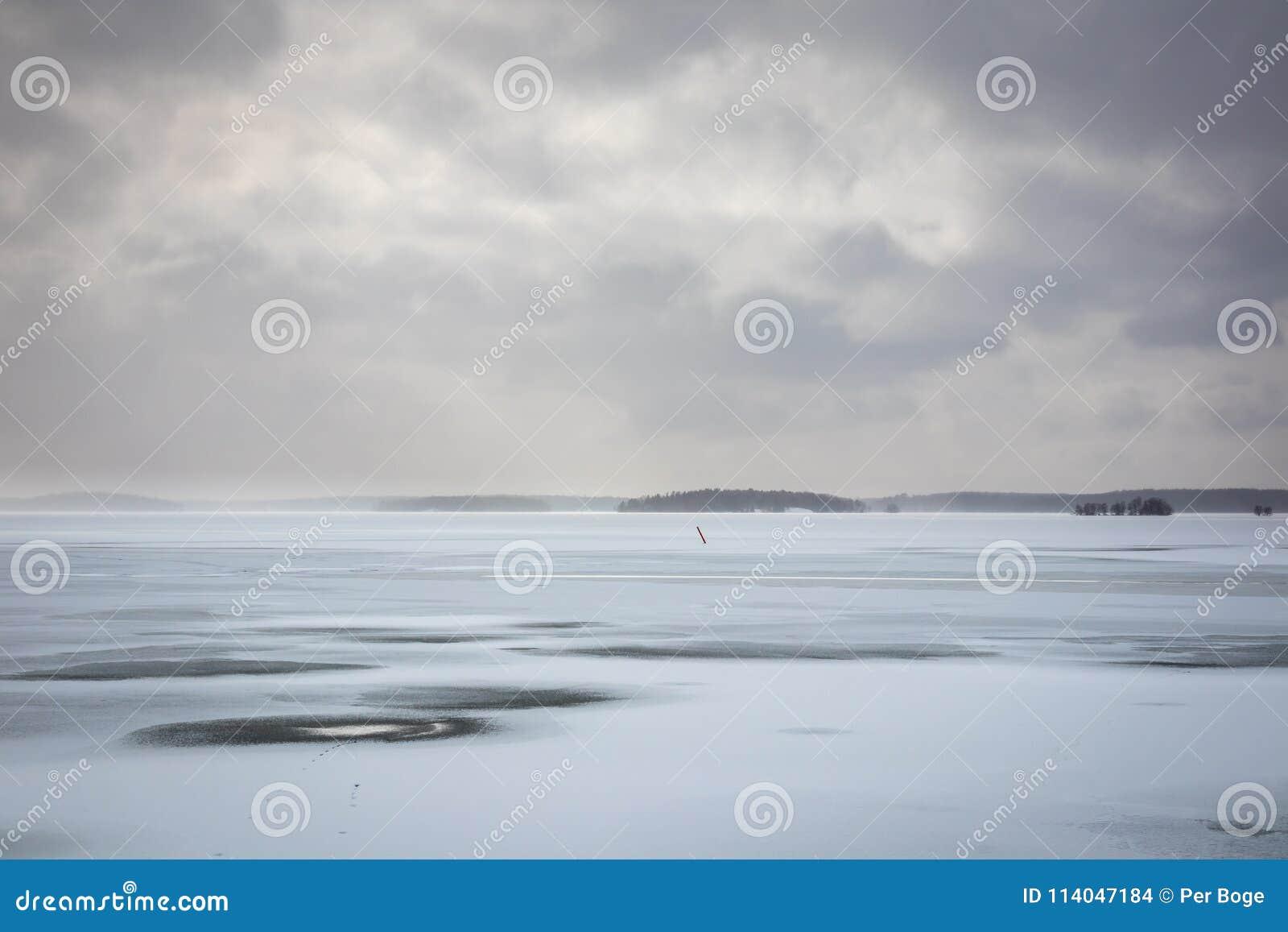 Härlig vinterseacape med disiga moln och det djupfrysta havet