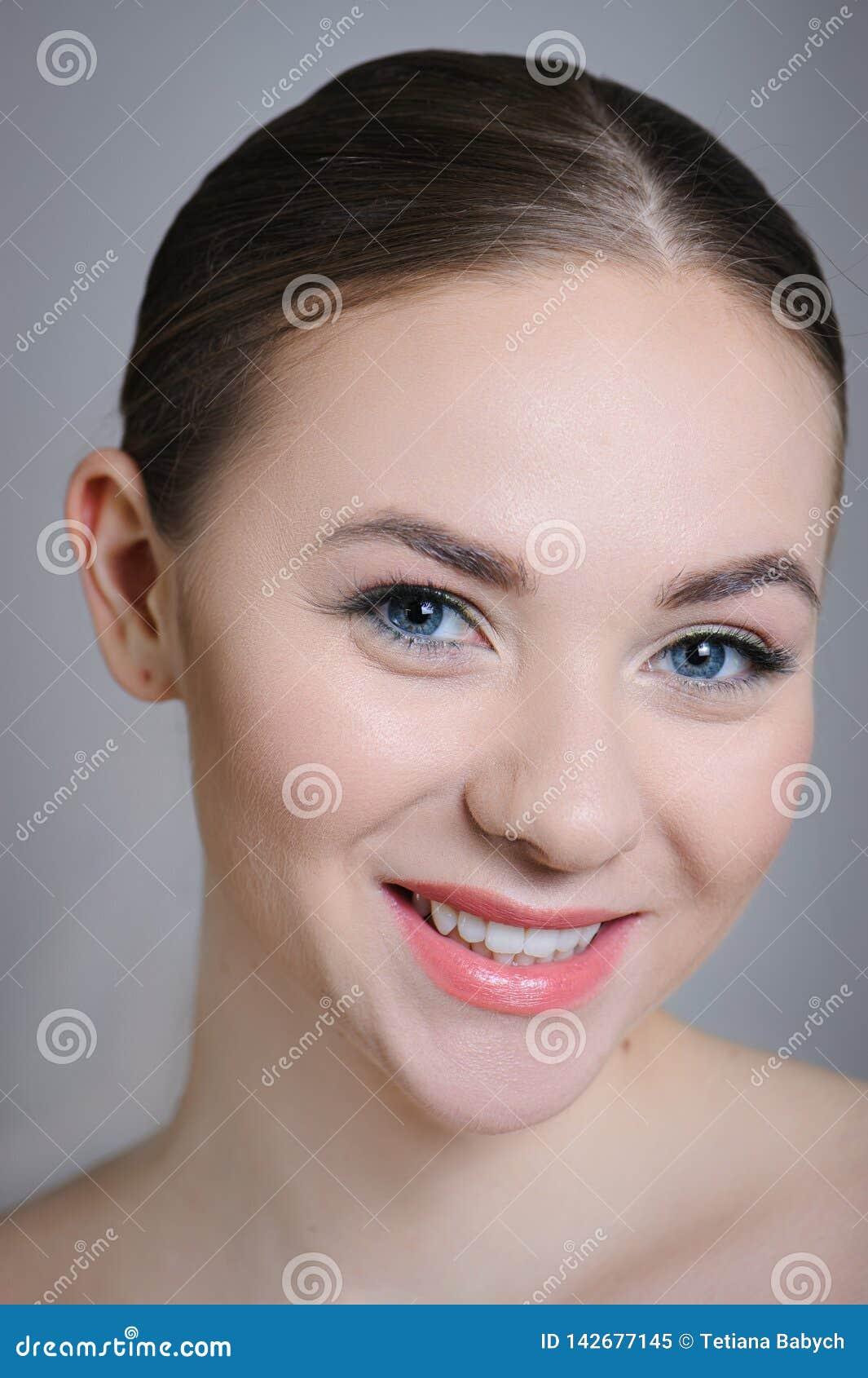 Härlig vuxen flicka som poserar med näck makeup med ren hud och att att bry sig hennes hud