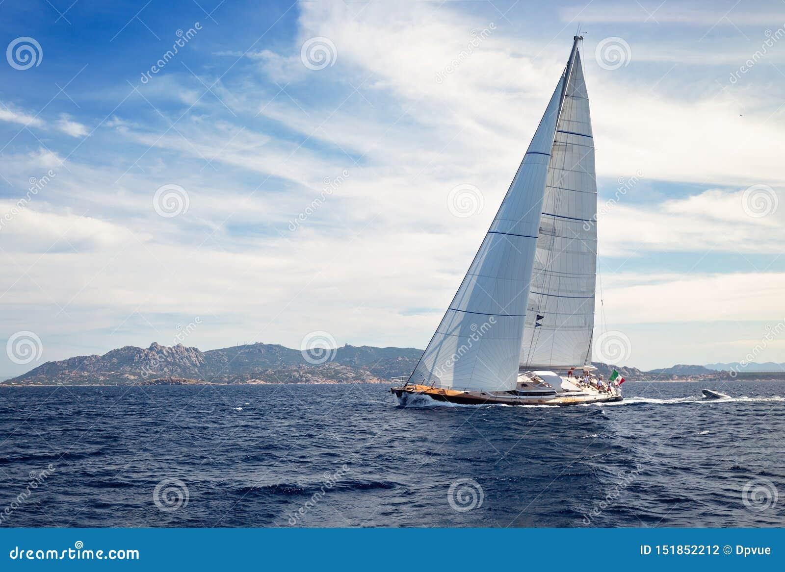 HÄRLIG yacht för fullt och att utbilda för det oidentifierade laget för fartyglopp