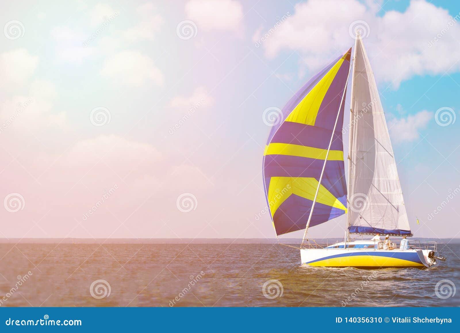 HÄRLIG yacht på full spead som utbildar för det oidentifierade laget för fartyglopp kopiera avstånd