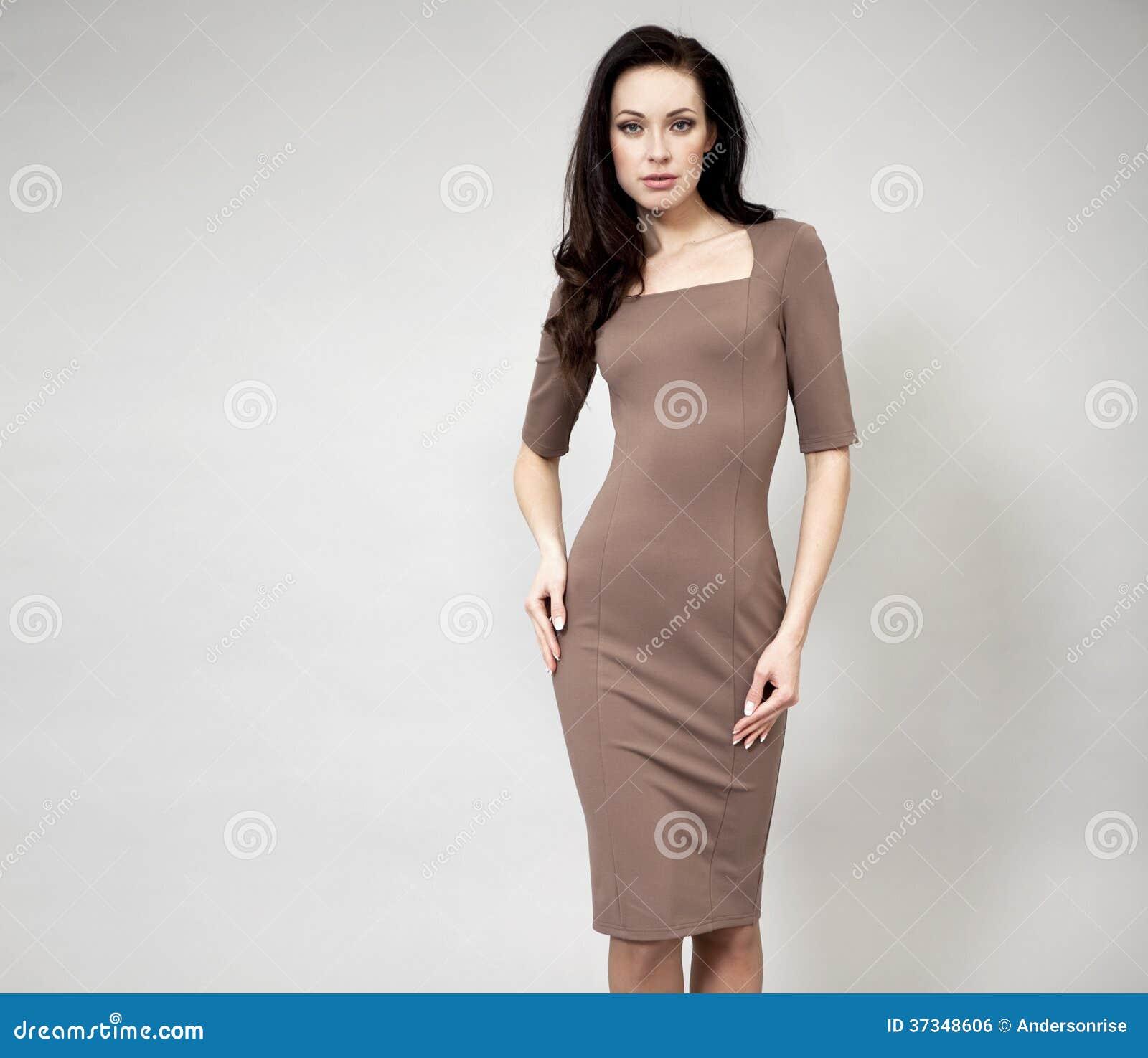 Härlig yrkesmässig modell i klänning för mörk brunt