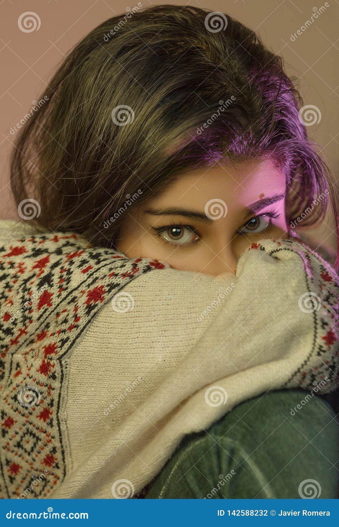 Härliga ögon med rosa viktig som ser kameran