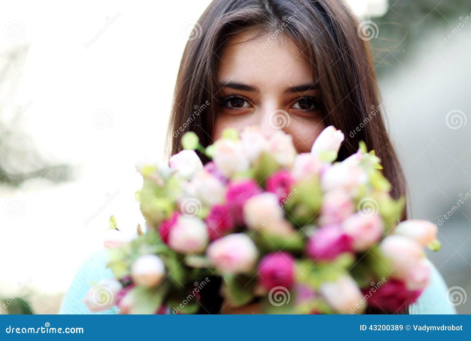 Download Härliga Blommor Som Luktar Kvinnan Fotografering för Bildbyråer - Bild av flicka, arom: 43200389