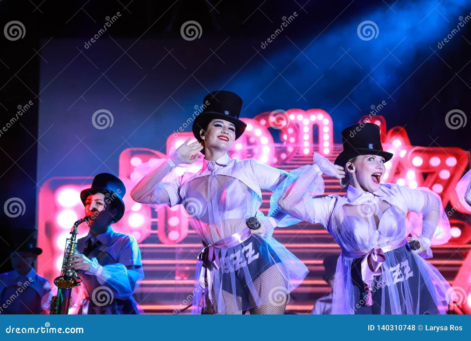 Härliga flickor från den ukrainska Kiev musikbandFrihet-jazzen utför i Dnepropetrovsk Strid för Eurovision sång 2019