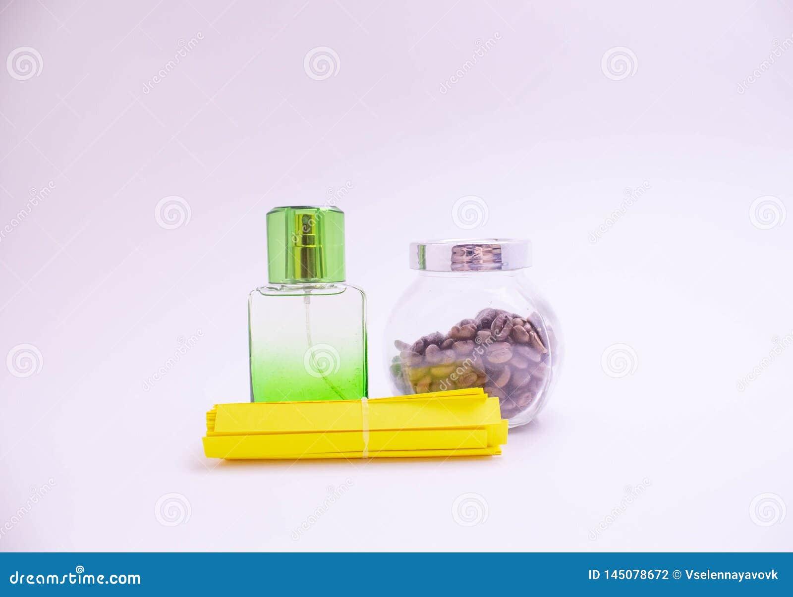 Härliga glasflaskor av olika färger av doft på en vit bakgrund