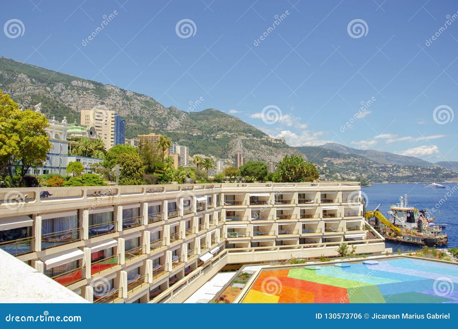 Härliga hamnar med många yachter i Monaco och trädgårdar som är fulla av blommor
