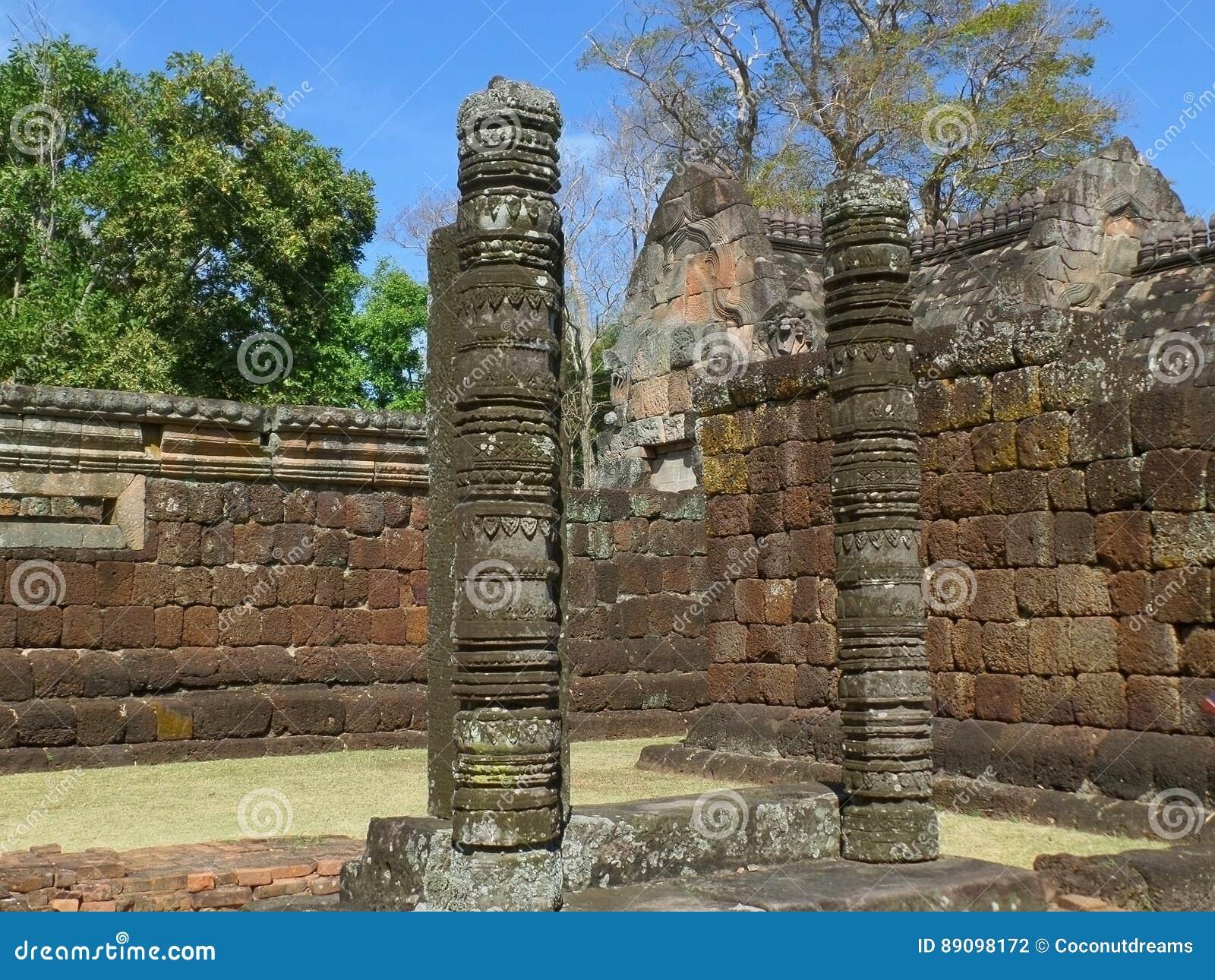 Härliga historiska rest och forntida stenväggar av Prasat Hin Phanom ringde