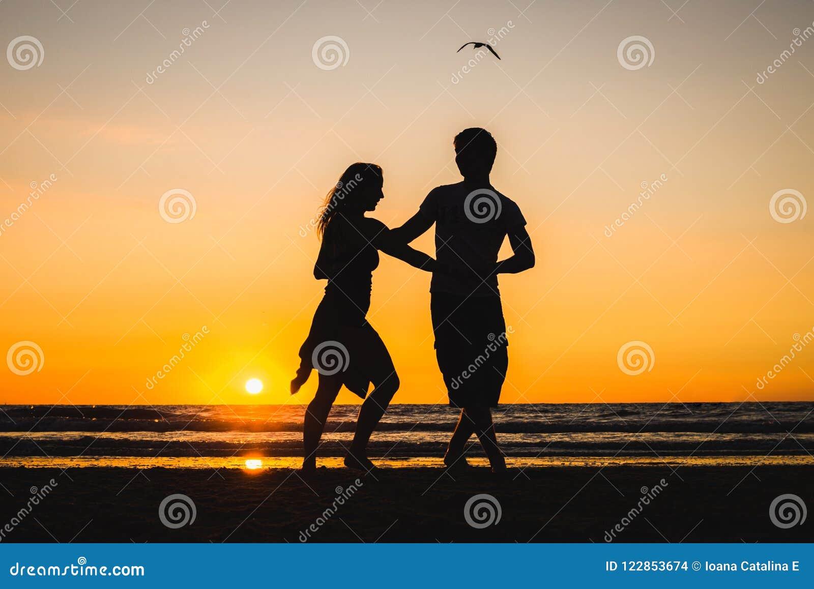 Härliga konturer av dansare på solnedgången