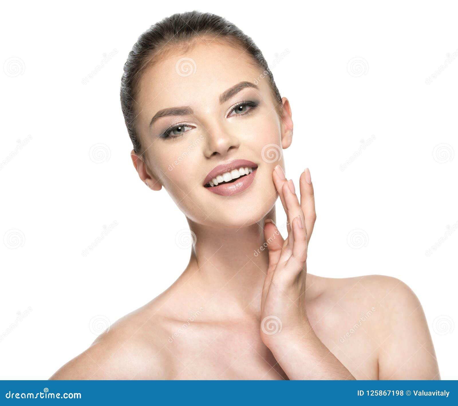 Härliga kvinnaomsorger för huden vänder mot - isolerat på vit