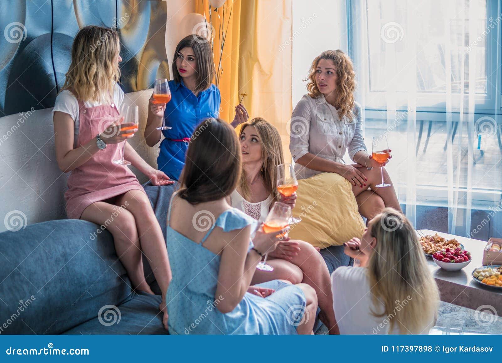 Härliga kvinnavänner som har gyckel på ungmöpartiet
