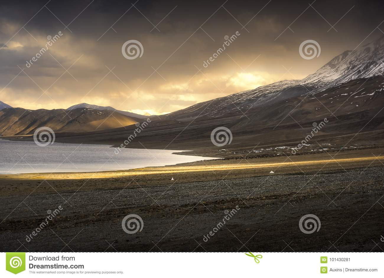 Härliga landskapsnöberg på pangongsjön med skymningsolnedgångbakgrund Leh Ladakh, Indien