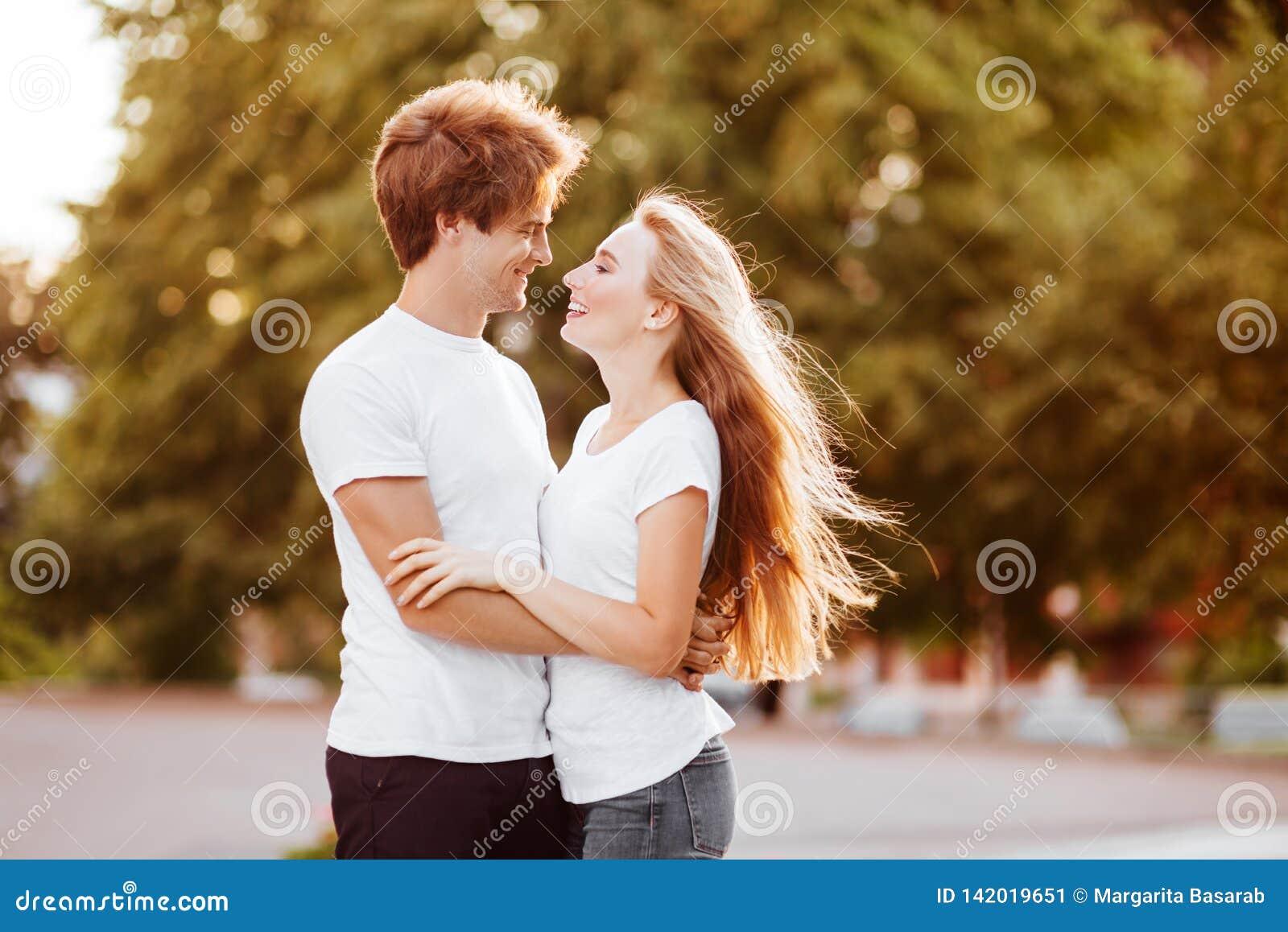 Härliga lyckliga par i staden
