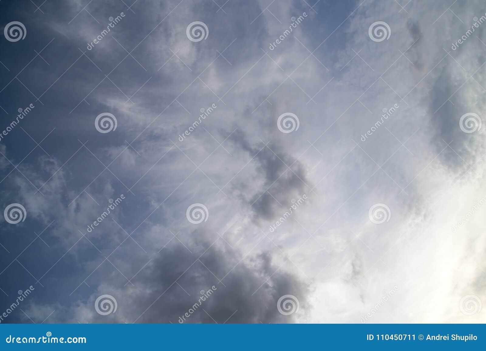 Härliga moln mot blå himmel