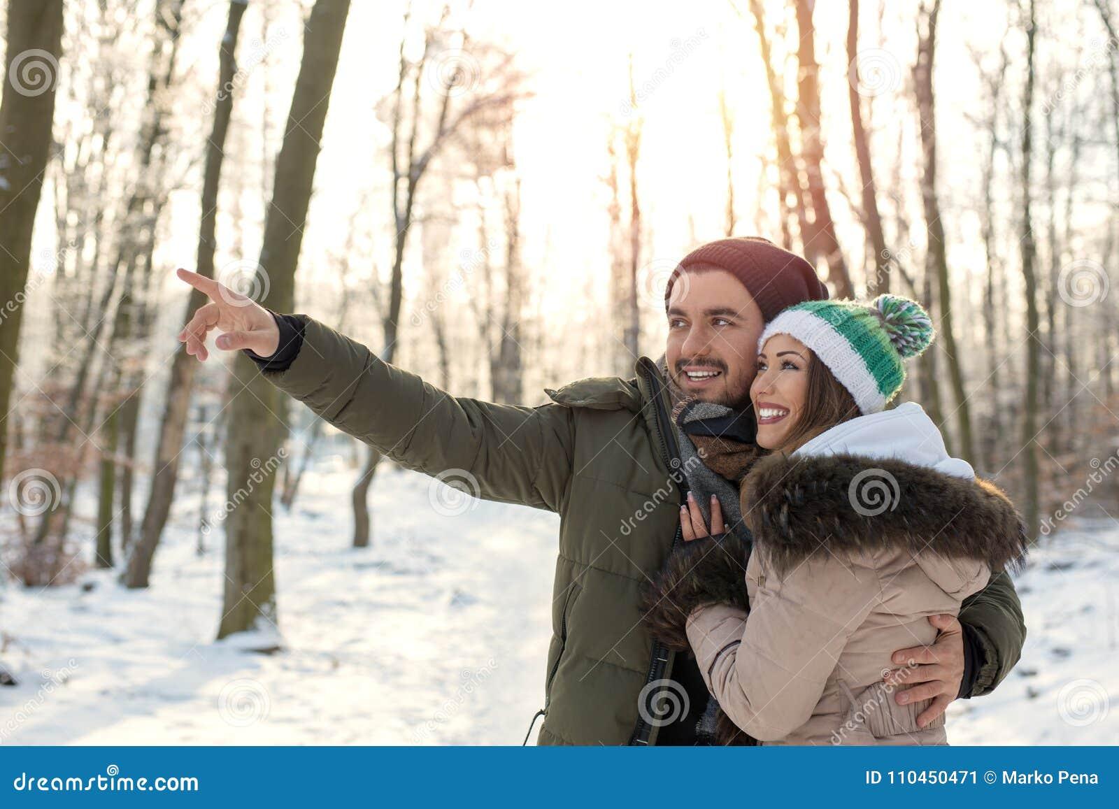 Härliga par i skogen man att peka fingret på someth
