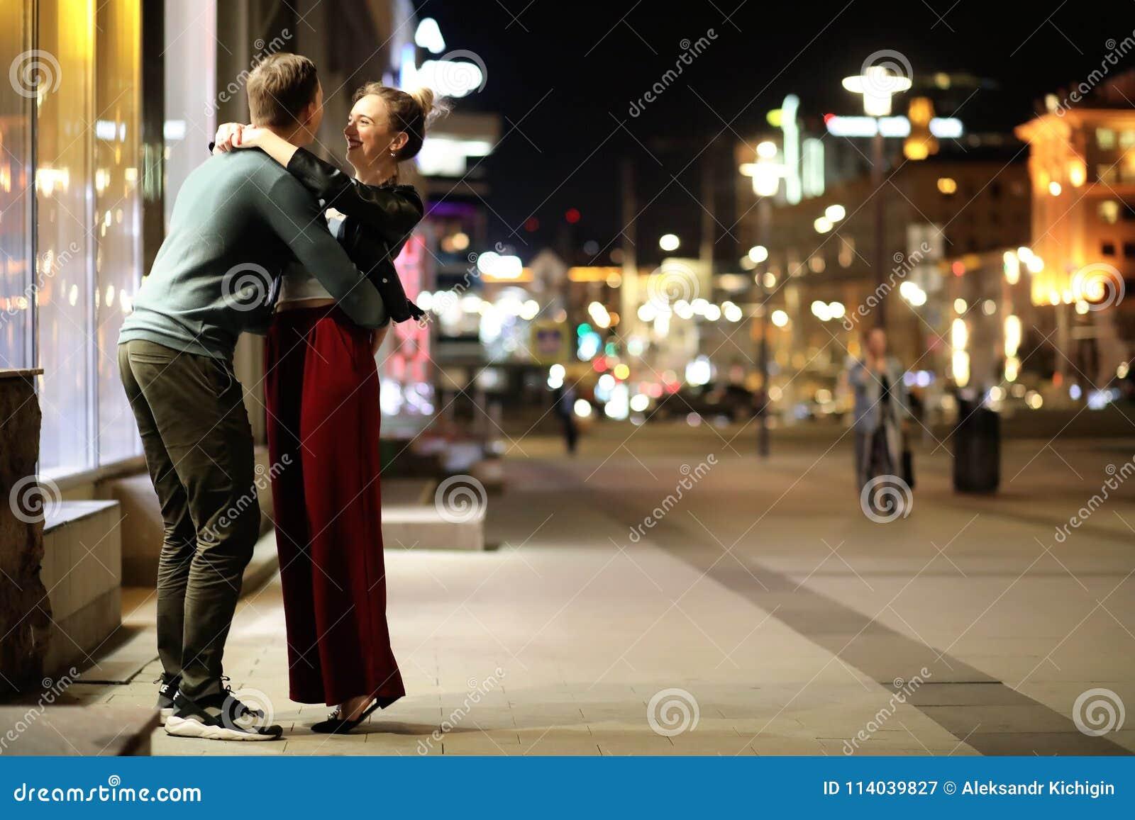Härliga par på ett datum i en nattstad