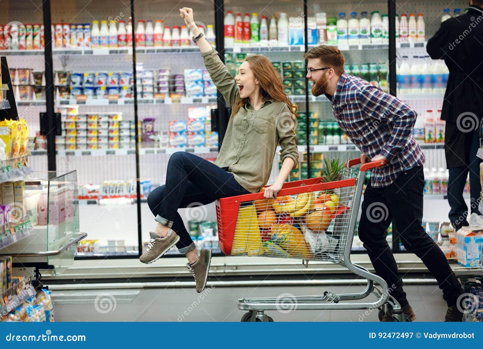 Härliga par som har gyckel, medan välja mat i supermarket