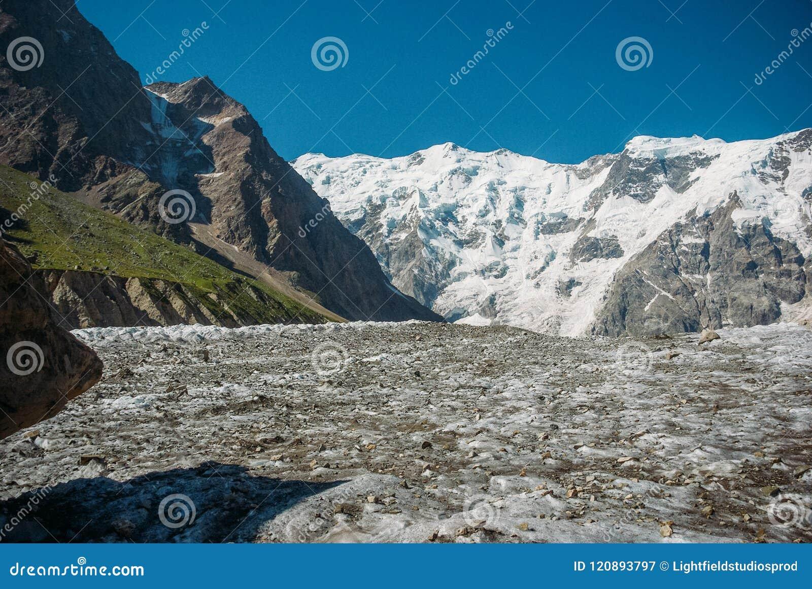 Härliga snöig berg, rysk federation, Kaukasus,