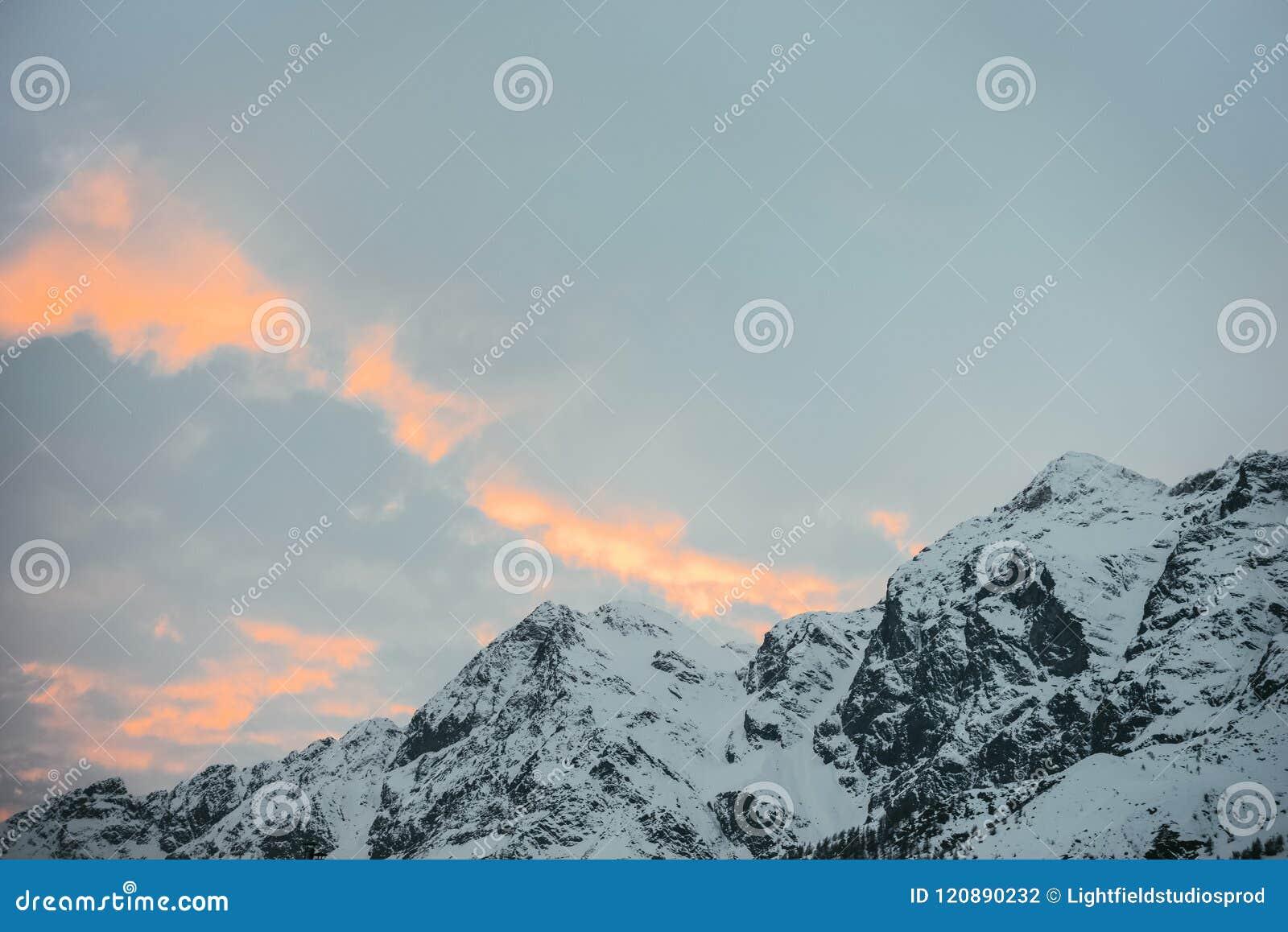 Härliga snöig berg under solnedgång