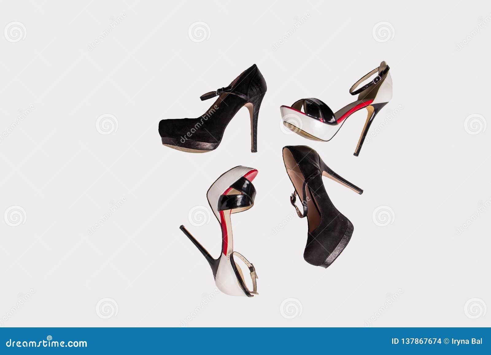 Härliga trendiga röda svartvita skor med häl