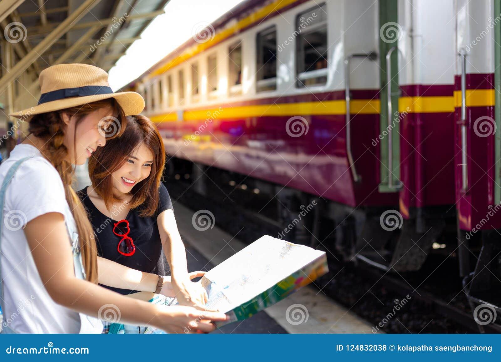 Härliga turist- kvinnor för stående Den attraktiva härliga flickan är s