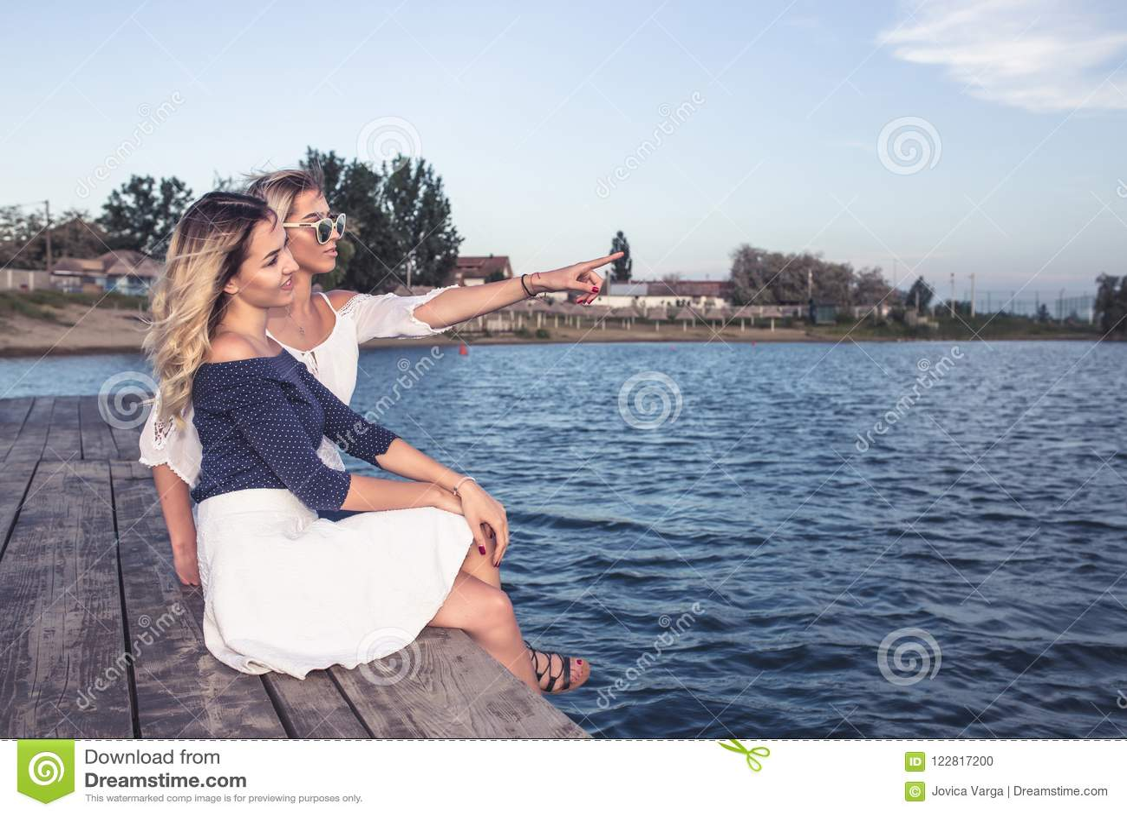 Härliga unga flickor som tycker om bredvid floden