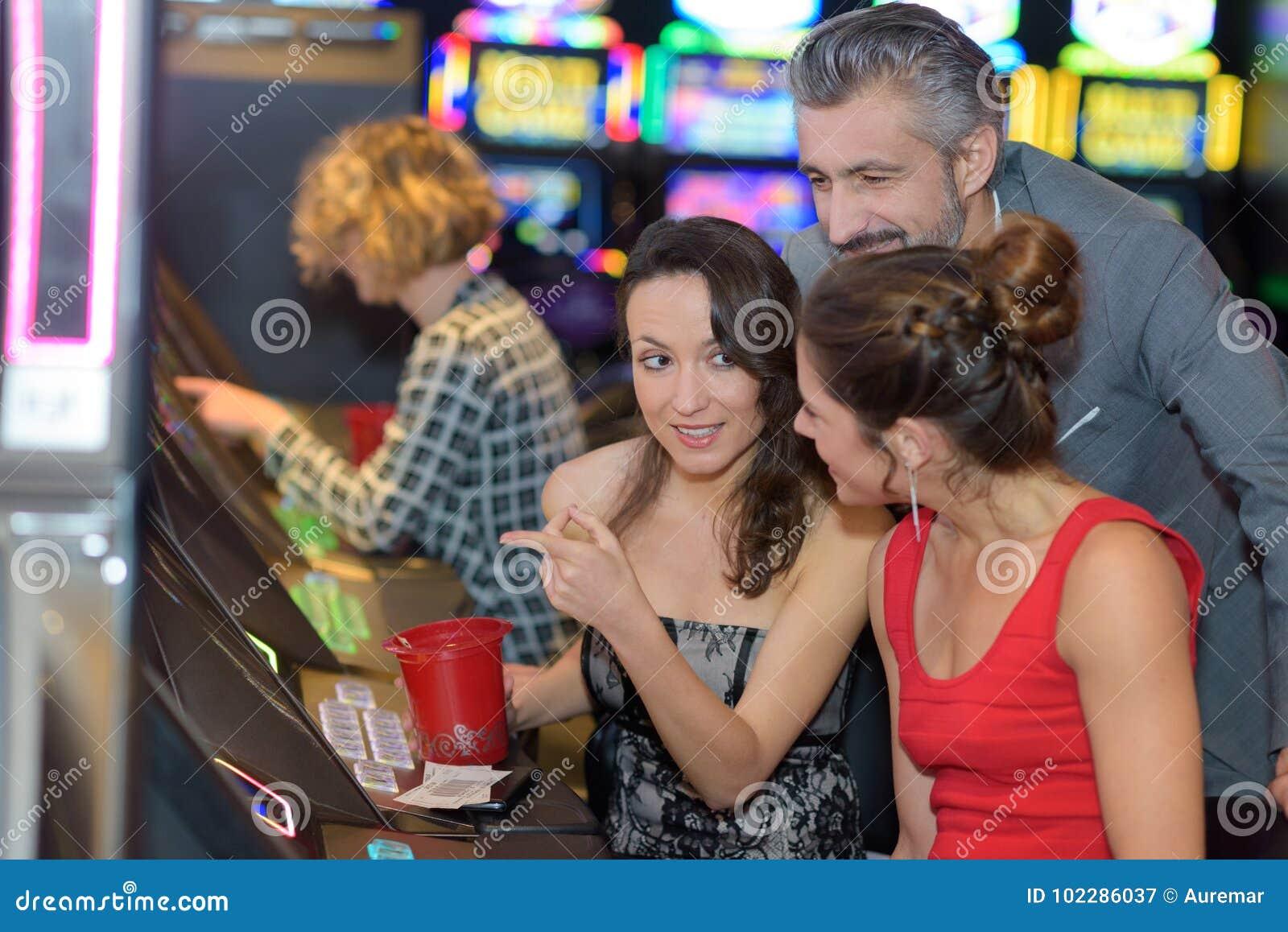 Härliga ungdomarnear enarmade banditen i kasino