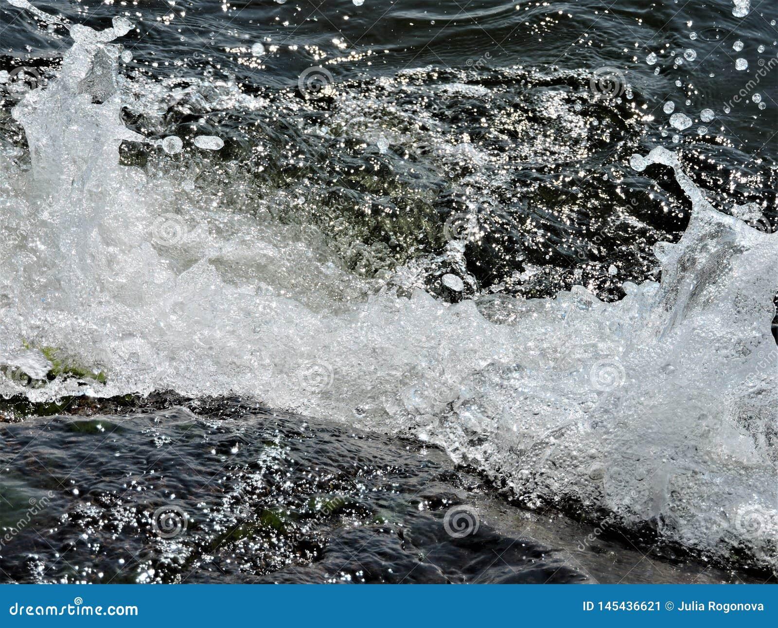 Härliga vågor av Östersjön i Finland
