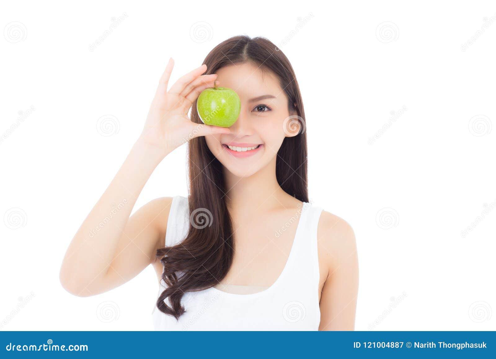 Härligt av för för kvinnaleende och innehav för stående ung asiatisk frukt för äpple grön med hjärtaform