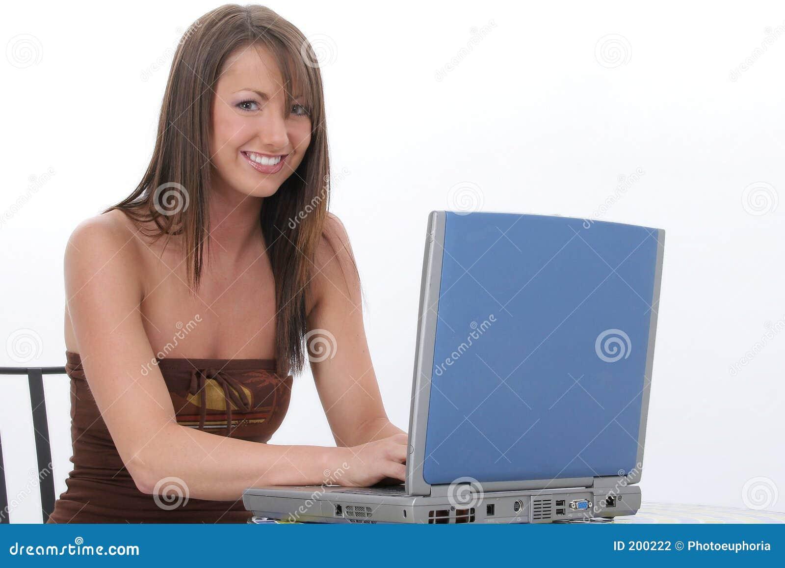 Härligt barn för datorbärbar datorkvinna