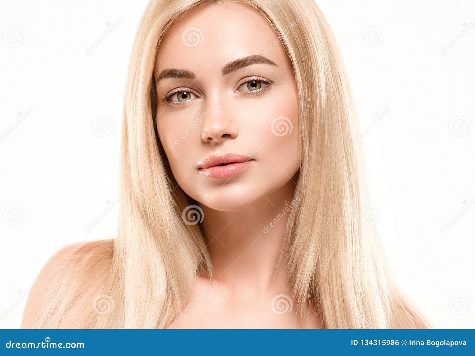 Härligt begrepp för omsorg för hud för skönhet för kvinnaframsidastående Modeskönhetmodell med härligt hår