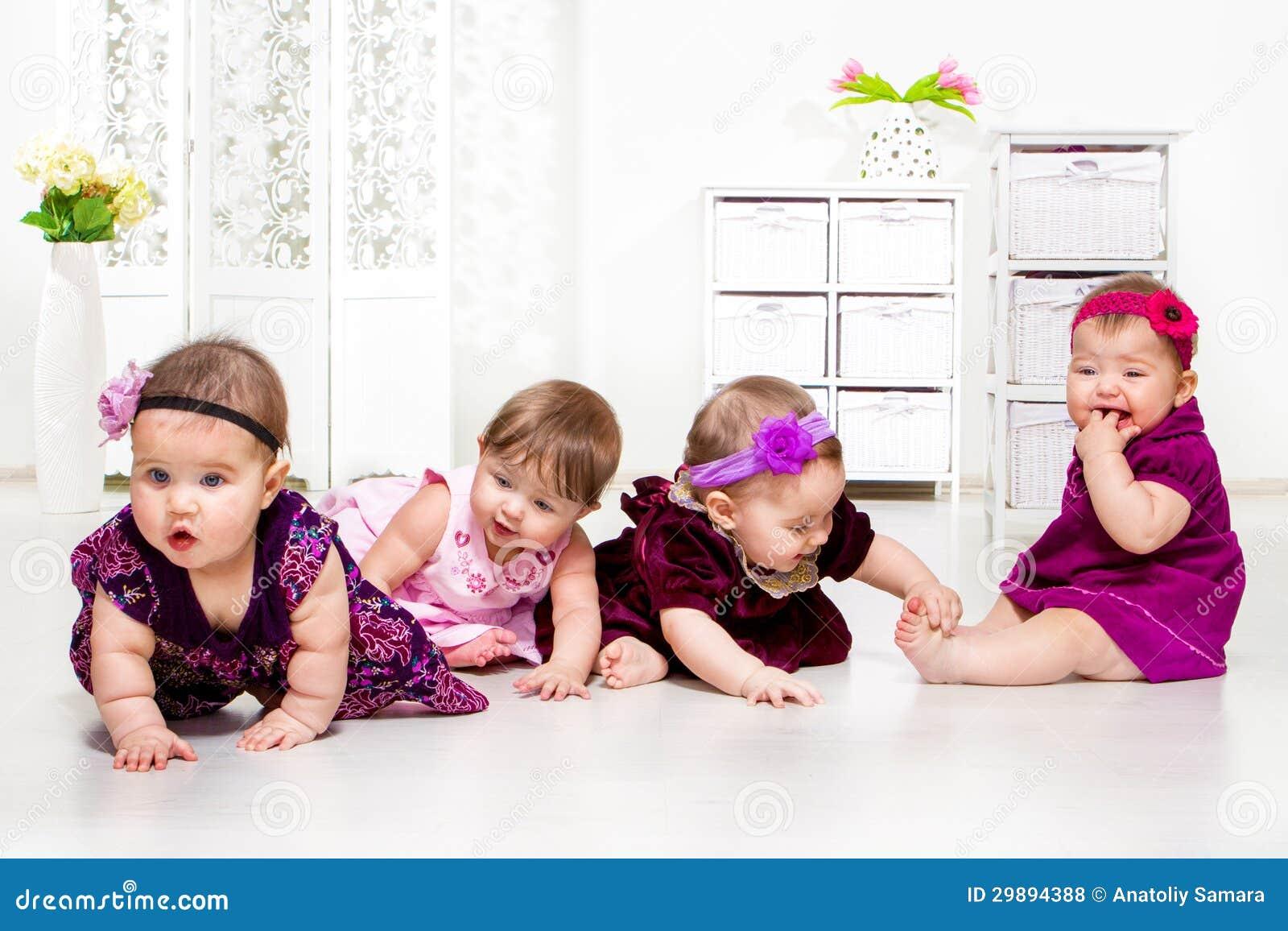 Flickor grupperar i festliga klänningar