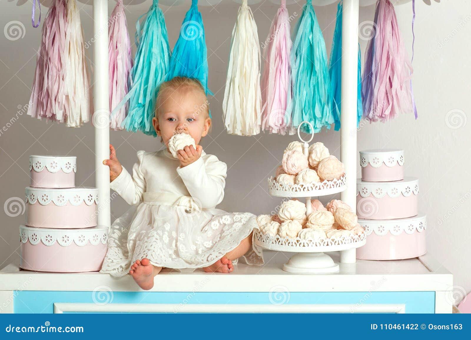 Härligt behandla som ett barn flickasammanträde nära det sagolika marshmallowhuset
