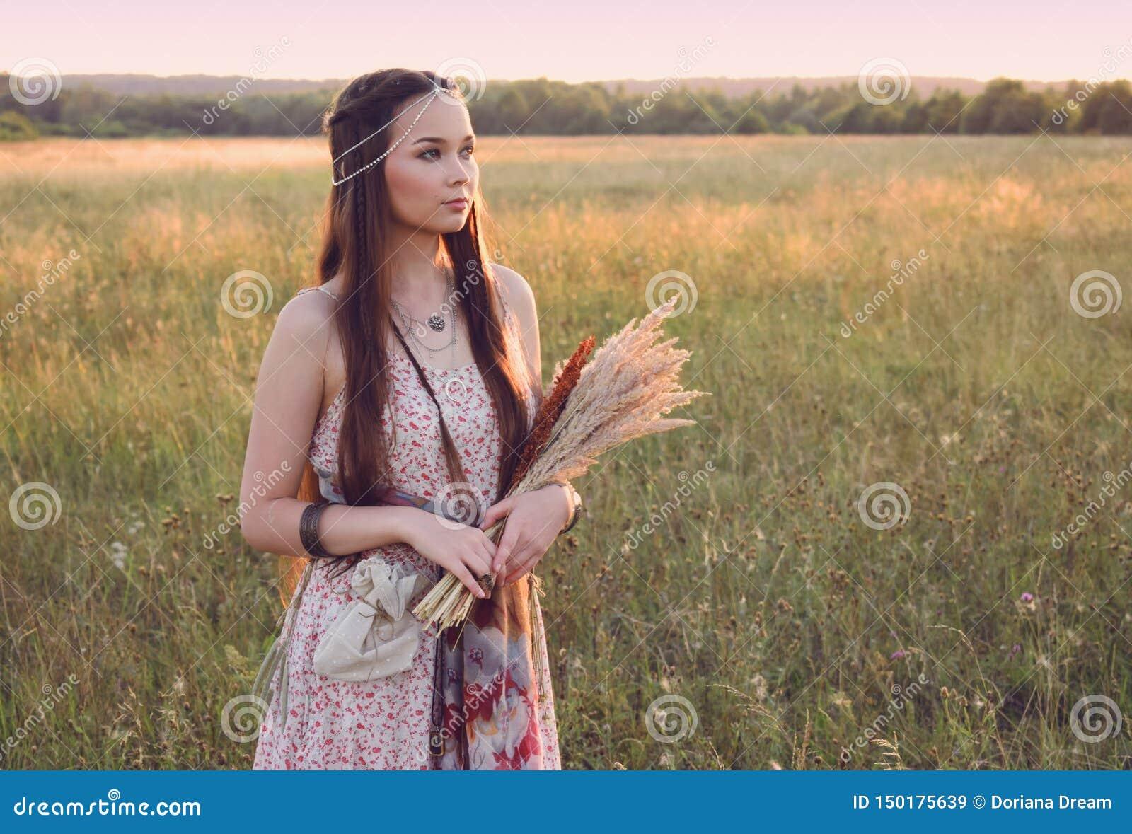 Härligt bohoflickaanseende i fältet