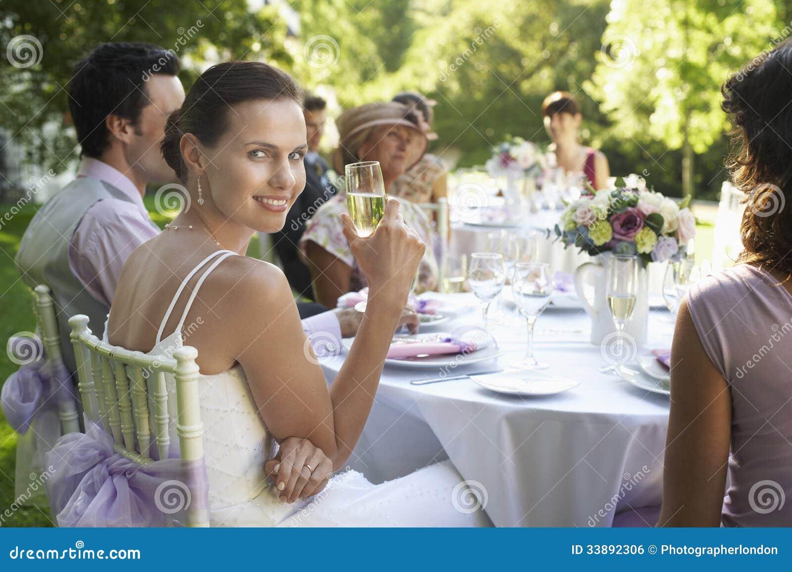 Härligt brudsammanträde med gäster på brölloptabellen