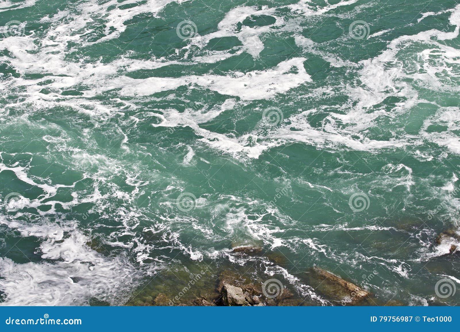 Härligt foto av vattnet nära att förbluffa Niagara Falls