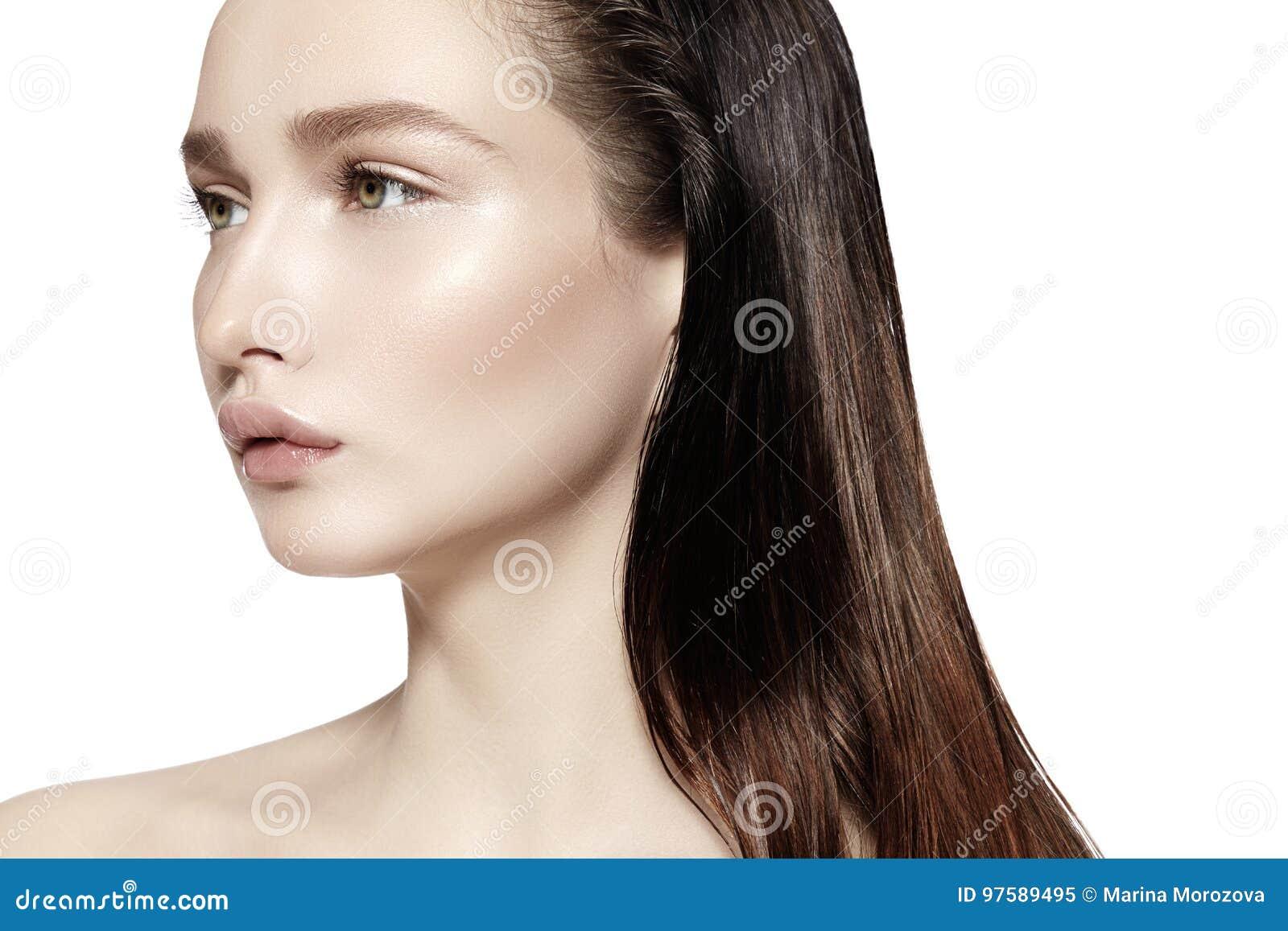 Härligt framsidakvinnabarn Skincare wellness, brunnsort Ren mjuk hud, ny blick Naturlig daglig makeup, vått hår