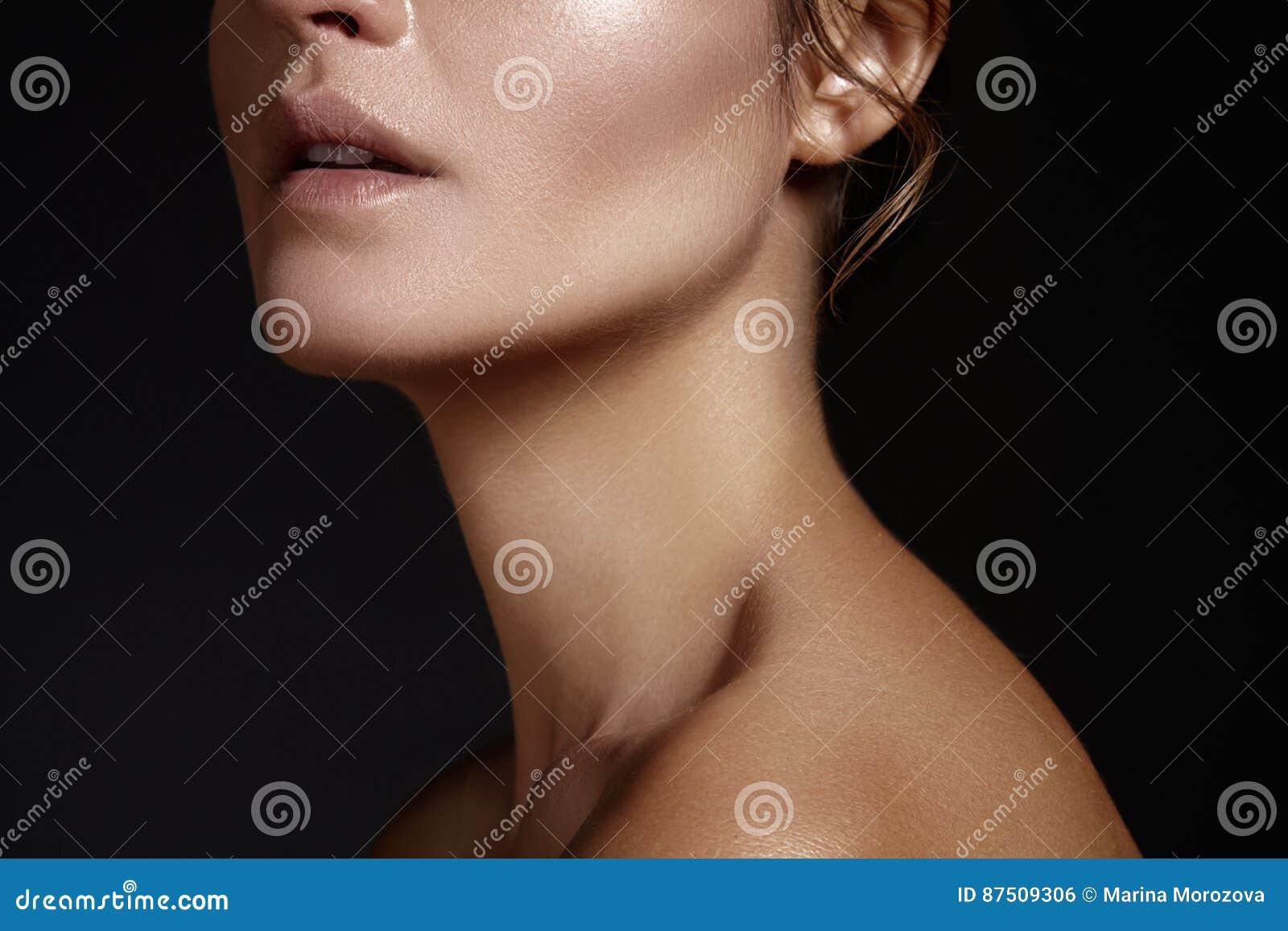 Härligt framsidakvinnabarn Skincare wellness, brunnsort Ren mjuk hud, sund ny blick Naturlig daglig makeup