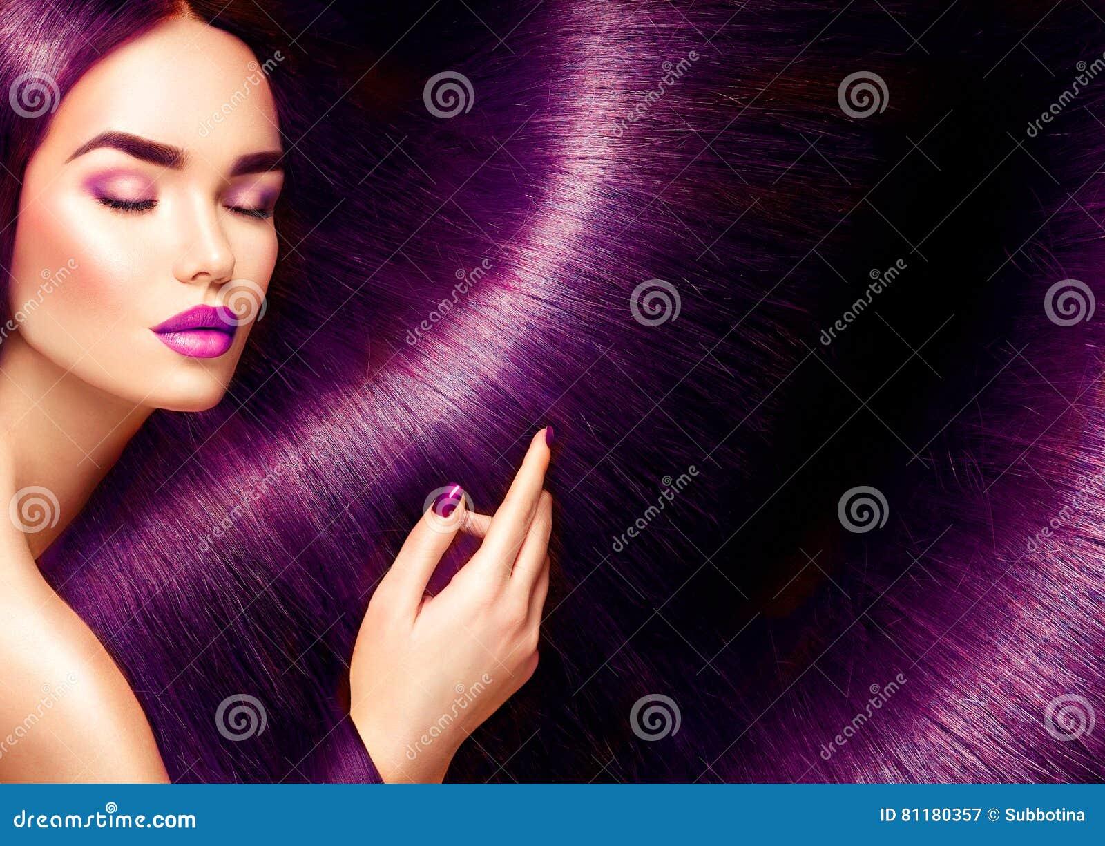 Härligt hår Skönhetbrunettkvinna med långt rakt rött hår